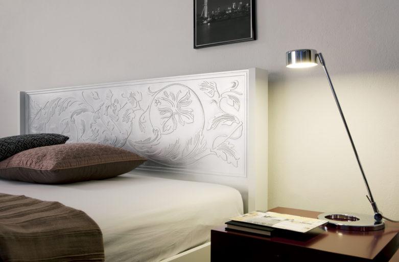 Hõbedase peatsiga kvaliteetne voodi