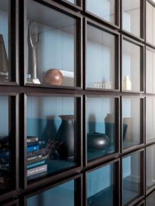Klaasidega elegantne riiul
